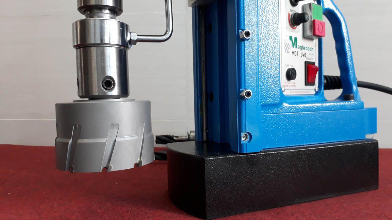 Máy khoan từ MDT140 khoan bằng mũi khoan từ