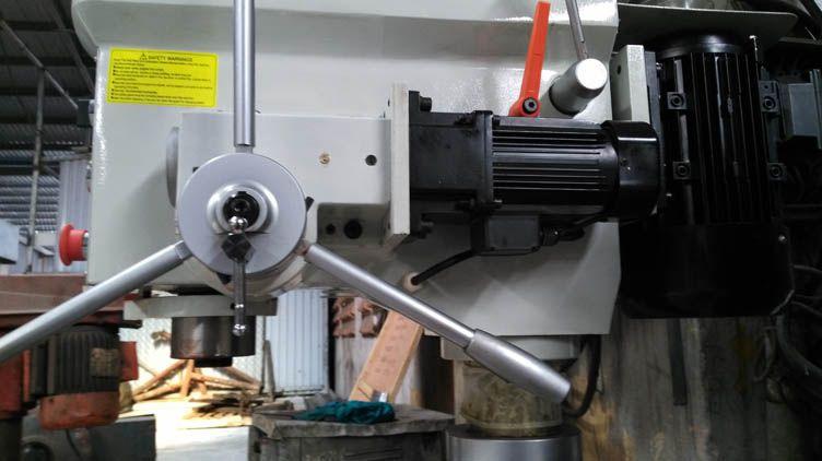Động cơ điều khiển quá trình tự động lên xuống của trục chính
