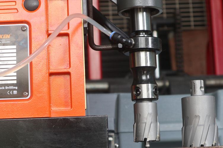 Sử dụng mũi khoan từ UniFast trên máy khoan từ SCY-68HD